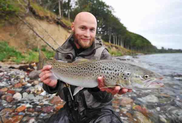 Rasmus Ovesen fisker som oftest med to fluer på forfanget – og det giver ham massser af gode fisk.