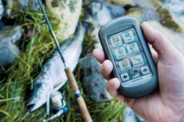 På nogle håndholdte GPS'er er der som her en letbetjent touchscreen, hvor man via hovedmenuen kan vælge mellem alt fra overblik via kort, positioner, lagring af sikre vaderuter og meget mere.