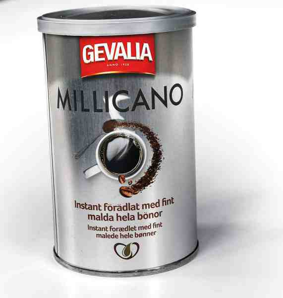 Der er nogle der ser lidt ned på instant kaffe. Men ikke her. Den nye type ved navn Millicano har fintmalede bønner blandet i, og det giver den frysetørrede kaffe en dejlig smag af ægte friskbrygget kaffe.