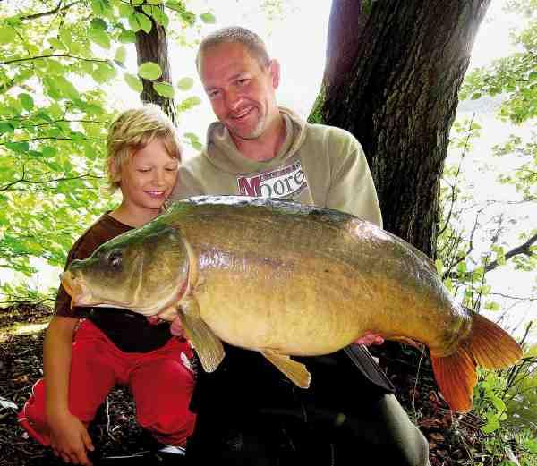 Mortens to drenge Victor og Jesper elser at være med deres far på tur. Her er det Jeppe der beundrer fars fangst.