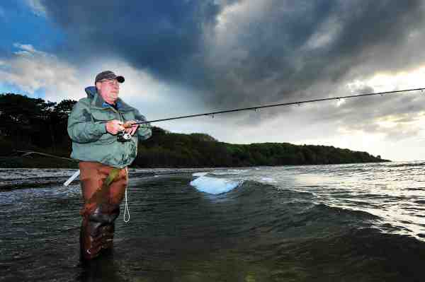 Erfaringsmæssigt ved Otto, at de fleste fisk kan findes inde langs med land, og derfor vader han aldrig mere end højest nødvendigt. Det kan have en tendens til at skræmme fiskene.