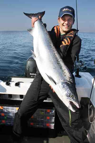 Forfatterens faste makker når det gælder geddefiskeri, Henrik S. Lund, har også nydt godt af at komme på havet efter laks.