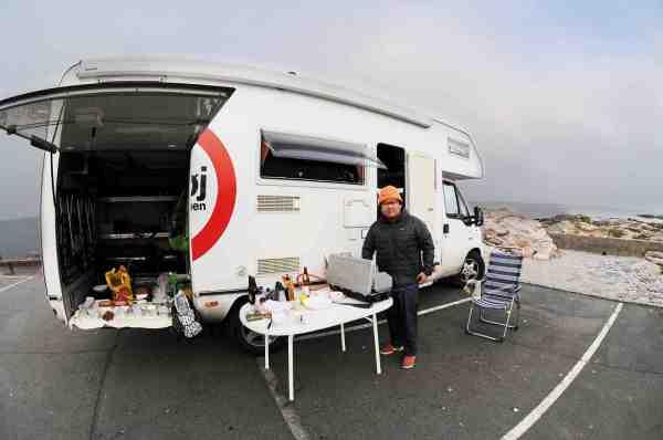 Simon rejser Danmark rundt i sin autocamper i radioprogrammet Halløj i Betalingsringen. Her er der gang i madlavningen på Gudhjem Havn.