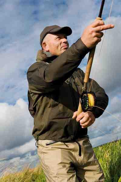 Især om foråret bruger Heine tohåndsstangen, så han kan lægge maksimalt pres på de helt store blankfisk. Oftest går han med en 13,3 eller 14 fods Sharpe's of Aberdeen tohåndsstang.