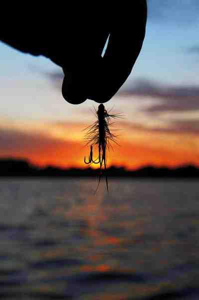 L-rigget tager ikke længere tid at lave end en normal knude til rørfluen. Gevinsten er bedre krogning og et mere sikkert kroghold, fordi den 100% frie eksponering af gabet optimerer chancen for et dybere kroghold.