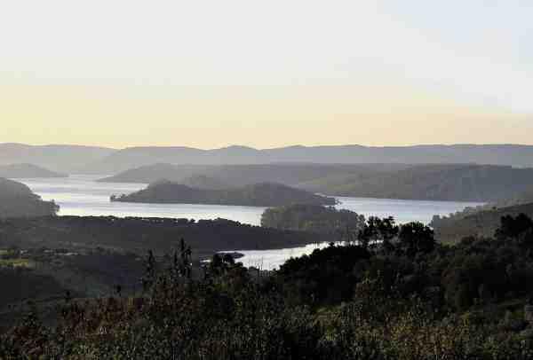 Den 829 km lange flod Guadiana er på visse områder opdæmmet hvilket giver nogle store smukke søer fyldt med fred- og rovfisk.
