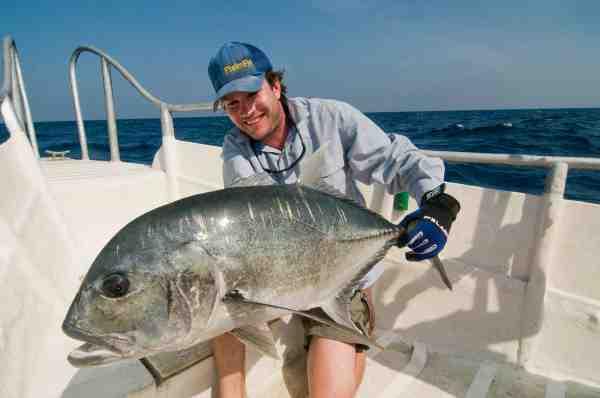 Artikelforfatteren, Gordon P. Henriksen, var med på Drømmerejsen for at dække begivenhederne. Og udstyret med kamera såvel som fiskestang blev han selv i den grad grebet af popperfiskeriet efter de store GT'er.