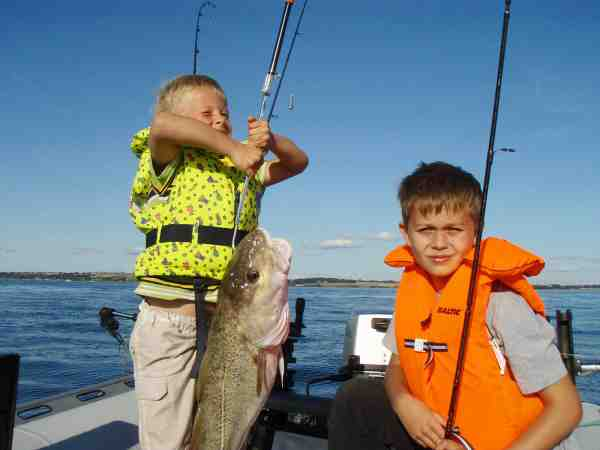 Sommer, sol og to drenge med store flotte torsk taget fra gummibåden. Så bliver det ikke bedre.