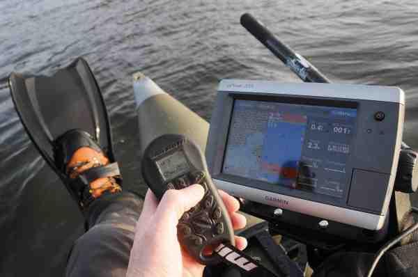 Fisketeknologi anno 2012. Når mulighederne er der, hvorfor så ikke udnytte dem? Det gør Egotripperen i den grad med fjernbetjening til elmotoren, så pontonbåden kan styres lige hvor man vil, mens der fiskes. Ekkolod og Garmins Topo-Danmark kort sikrer at man har fuldt overblik over, hvor de mest lovende pladser på søen er.