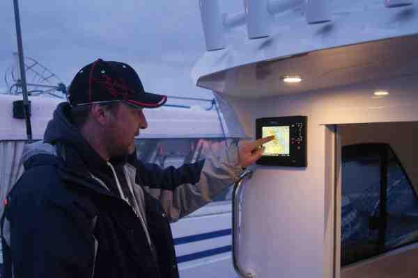 Båden er udstyret med to Simrad NSS mulitifunktions instrumenter – en 12 tommers master-enhed i kahytten og en mindre 7 tommers slaveenhed på dækket, som ses her. Den lille skærm viser et realtime billede af masterenheden, og herfra kan man styre alt – incl. autopiloten.