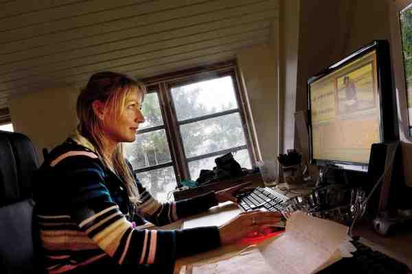 Jane Westen Kjær – Brians kone, der har filmet Kystørred på Flue i fuld gang med at lægge sidste hånd på værket.