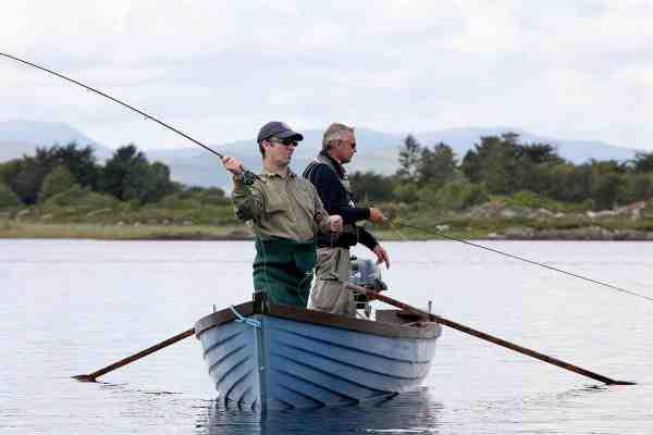 På Lake Clooney er der masser af mindre ørred – som hugger villigt på mindre flue under driftfiskeri fra båd.