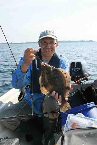 En del af småbådsfiskerens udrustning på en varm sommerdag på fjorden, i bæltet eller på havet for den sags skyld, er en køletaske. Med den kan du holde fiskene friske.