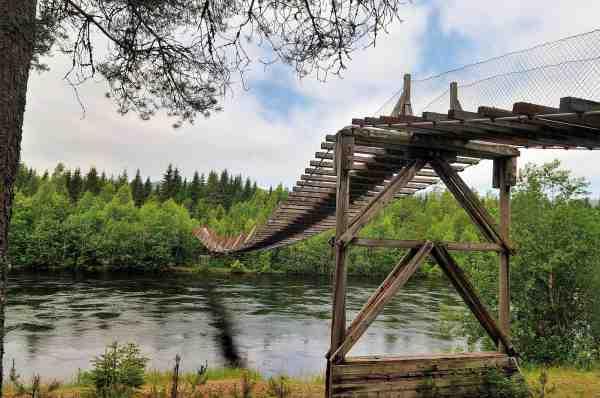 Hængebroen over Rena er blevet et synonym for elven. Og det tror da pokker. Hvis man ikke har en kajak eller en båd til at krydse elven, som Terje, for at komme tæt på fiskene – så må man over hængebroen.