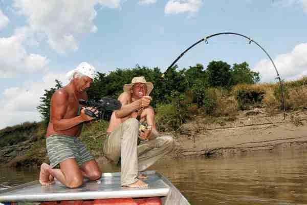 Meget af fiskeriet efter disse ferskvandskæmper kræver udholdenhed ud over det sædvanlige – også for kameraholdet som følger Jakub Wagner ind i nogle af de mindst uudforskede og farlige egne af verden.