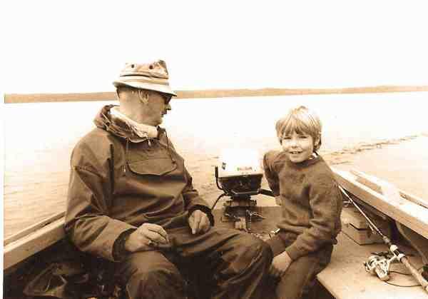 Børn og unge har altid haft en stor plads i Julius' hjerte, og hvad er vel mere interessant for en kommende lystfisker, end at få lov til at dreje på gashåndtaget på påhængsmotoren. Det blev naturligvis overvåget på behørig vis.