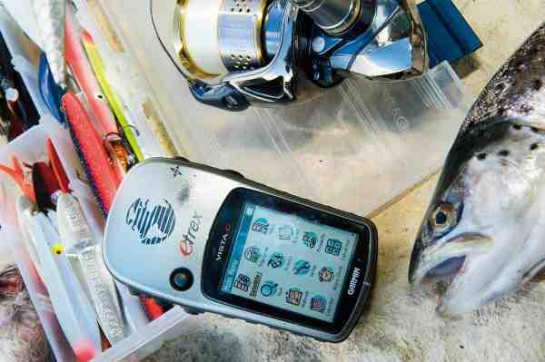 GPS'er med joystick til at navigere cursoren som fx denne E-trex har den fordel, at de er lette at bruge med slimede og beskidte fingre, som man jo ofte har på en fisketur.