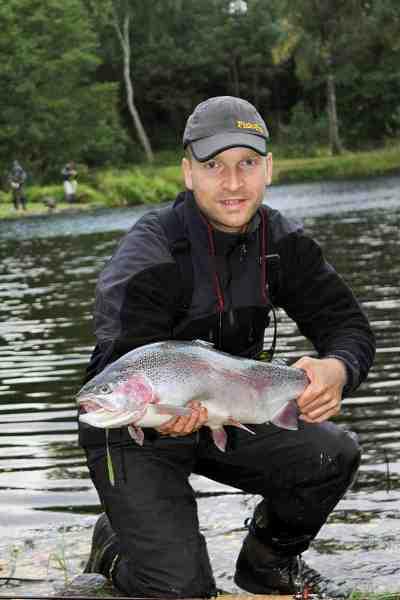 Forfatteren med en fisk fra Bondemølla Sportsfiske lige over de fire kilo. Det er virkelig fisk med de rigtige proportioner og flotte finner.