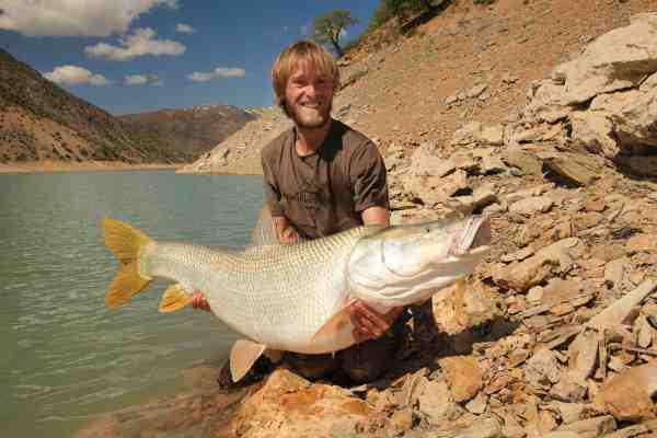 Mangarbarbens danske navn er geddebarbe. Her er Jakub med et flot eksemplar på over 30 kilo af fisken, der lokalt kaldes Bisz i Irak og Cero i Tyrkiet.