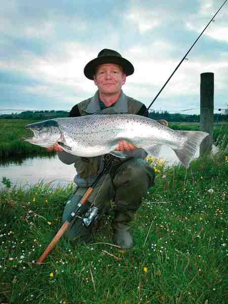 Egon Langgaard med en flot 7 kilos fisk fra Simested Å.