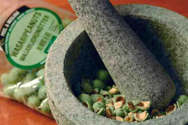 En morter er perfekt til at knude wasabi ærterne.