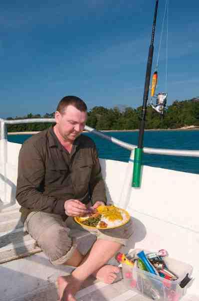 Hver dag serveres der et stort indisk måltid ude i båden. Og det er strengt nødvendigt med friske energikilder og masser af væske når der skal fiskes igennem i varmen.