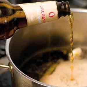 En god portion Jacobsen Saaz Blonde øl er med til at give eddikelagen den helt særlige ølsmag.