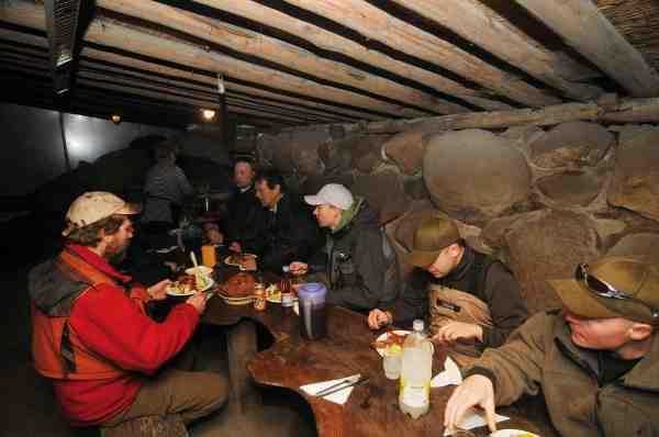 I det hyggelige shelter serveres der en solid gang svensk husmandskost, med alt hvad der hører til. Så er holdet igen klar til en omgang fluefiskeri mere.
