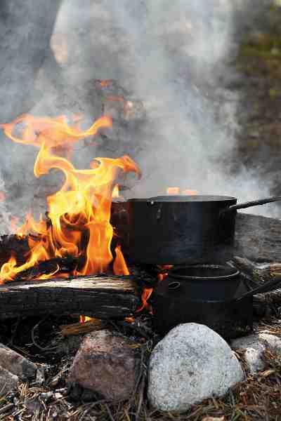 Kaffevandet er klar. Efter en god gang fiskeri er der intet som den knitrende ild.