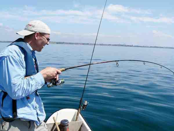 Fight under perfekte forhold for småbådsfiskeriet efter fladfisk – sol, blankt vand og god varme.
