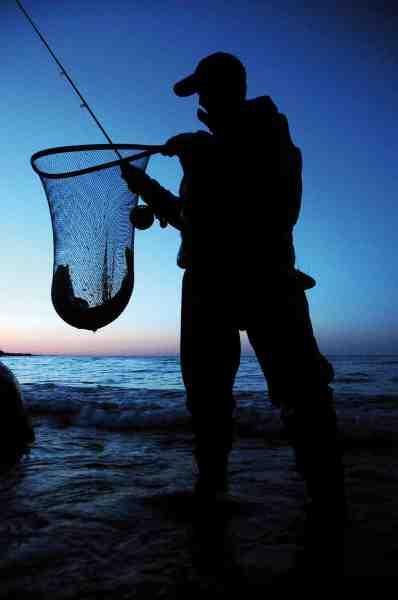 Der er noget forjættende over fluefangsten i natten. Spændingen er altid ekstra stor. Og den forløses i det øjeblik fisken er i nettet.