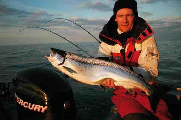 Jan Svenstrup har utallige trolling laks på samvittigheden – inkl. mange på den rigtig side af ti kilo, Men denne fisk formår alligevel virkelig at få smilet frem. Det er den første trolling laks fanget af en udlænding i Polen, og en drøm er gået i opfyldelse.