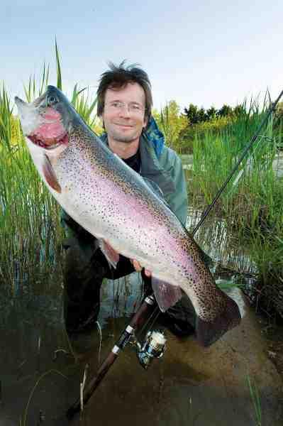 Jens Bursell med en fin 6 kilos regnbue fra Simons Put and Take taget på en lille bitte montananymfe på rør fisket med et L-rig og en str. 16 trekrog. Kastevægten var et 8 grams vetrino glaslod – Lawson Micro-barda.