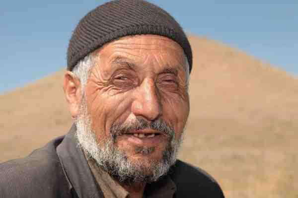 En lokal fisker fortæller røverhistorier fra gode gamle dage, hvor de persiske kæmpebarber var langt mere almindelige.