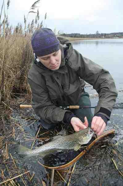 Fjordfiskeri om vinteren er for mange noget med små fluer, men en spinnestang kan altså også sagtens gøre jobbet.