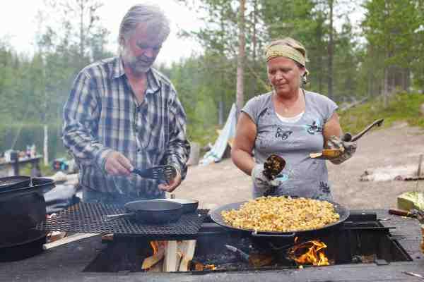 Sonny og hans søster Sara i fuld gang med at anrette maden over bål.