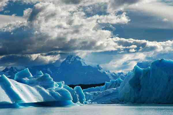 I mange af søerne i Argentinsk Patagonien kælver gletcherne fra den sydligeste gren af Andesbjergene direkte ned i søerne.