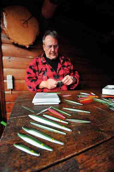 Otto Poulsen er dygtig til at lave kystwobblere og blink. Her er han i gang med at måle vægten på nogle af hans livagtige tobisimitationer. Agnene kan blandt andet fås hos Steens Fiskegrej på Sjællands Odde, www.steensfiskegrej.dk