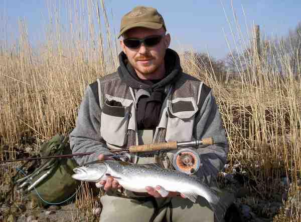 Her er det Kasper Jensen fra Horsens Og Omegns Sportsfiskerforening med en flot ørred fra Borre Odde.