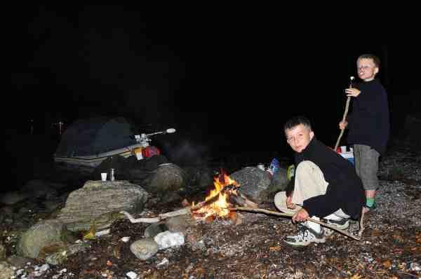 Fiskedagen er slut. Pølserne er grillet og spist, men det kan lige blive til lidt ristede skumfiduser inden der skal soves.