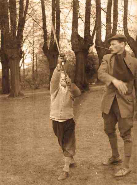 Kasteinstruktion ved Gentofte Sø. Lystfiskerklubben af 1940 afholdt i midten af 1950'erne kurser ved Gentofte Sø, og her var Julius en højt skattet instruktør. Koncentrationen lyser ud af knægten, mens instruktøren ser lidt betænkelig ud.