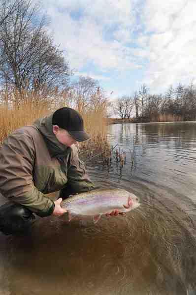 Forfatteren Casper Larsen fik mange fine fisk på de nye gummidyr