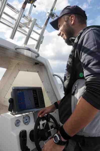 Lars Nielsen fra Garmin agerer skipper, og det gjorde han med stor succes. Han forstår i den grad at udnytte sit lokalkendskab såvel som elektronikken til at finde torskestimerne.