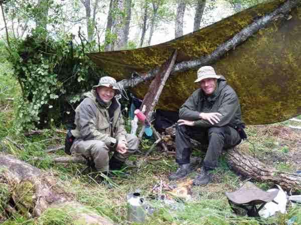 Thomas og Søren hygger samt nyder stilheden, som nærmest kunne være rungende. Når man har så mange fisketimer til rådighed, er det vigtigt, at man kan slappe af – så husk en god bog, et kortspil et fluestik og lidt materialer...