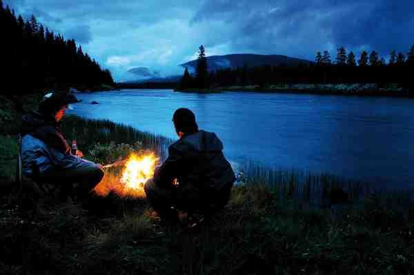 Efter en god lang fiskedag er der intet som et godt lejrbål med udsigt til elven.