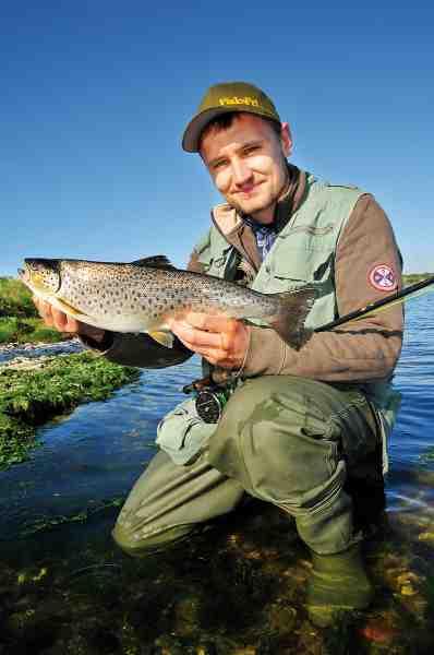 Mariager Fjord er det perfekte sted at starte sin karriere som fluefisker. Fiskene går ofte tæt på land, og der behøves ikke spektakulært lange kast for at nå dem. Her er det Brian Kristoffersen med en flot velnæret fluefanget ørred fra fjorden. – Og en flot kasket tilmed.