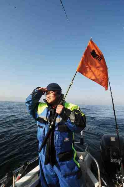 Simon Jul hejser lakseflaget. Han er en omvendt mand og lystfiskeriet vil uden tvivl fylde meget mere i hans liv fremover – og sikkert også i hans radioprogrammer.