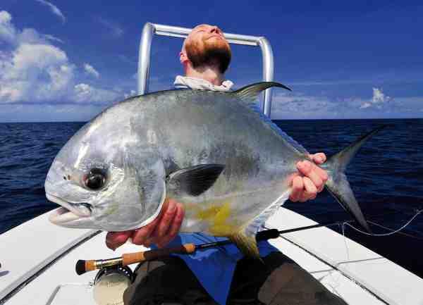 En drøm er gået i oplevelse! Forfatteren ses her med en Belizisk drømme-permit af proportioner – en stålsat og kampstærk fisk i omegnen af 24 pund.