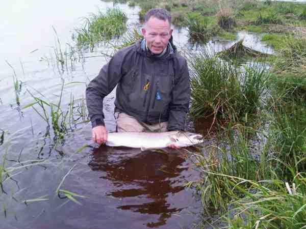 Heine med endnu en fisk, der kort efter blev forsigtigt genudsat. Fisk som skal genudsættes bør som her kun løftes et kort sekund til et enkelt snapshot.