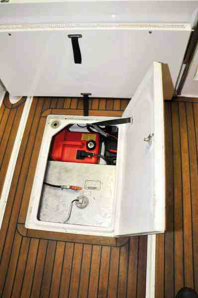 Under dørken ude agter er næsten al ledig plads brugt til den store 200 liters tank og en lille 12 liters dieseltank til bådens fyr.